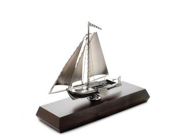 Model Smack on pedestal (925)